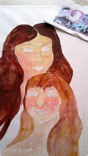 Мама и дочка — они так похожи! Мама и дочка — две капельки солнца!( сл. Елены Плотниковой) Мы очень любим своих мамочек потому что все, что окружает вас в этом мире, начинается с мамы. Свою работу мы хотим посвятить самому дорогому на свете человеку- маме .Мама и дочка  какое это счастье. Это вечный праздник, вечная весна. Это море улыбок это море цветов....  фото 2