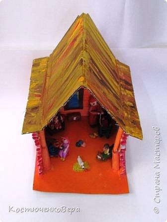 Такой дом построили девочки 4 класса, Катя и Оксана. Семейная сценка из жизни многих семей. Дома мама и её дети. Как хорошо, когда дома мир и покой. И есть своя крыша. фото 1