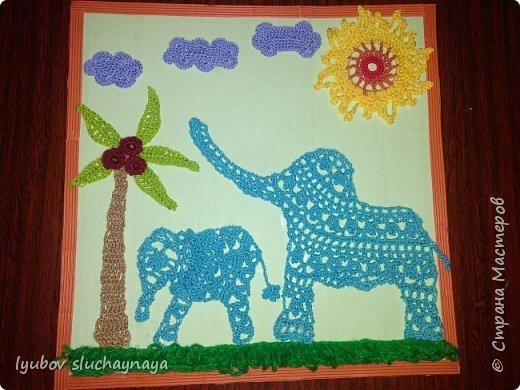 Слоны - самые большие млекопитающие на суше. Поражает, что даже такие огромные животные способны на нежность, материнскую ласку, заботу и любовь. Молодая мама с помощью хобота обдаёт слонёнка пылью, осушивая кожу и скрывая его запах от хищников.  Происходит частый тактильный контакт: слониха похлопывает его хоботом, подталкивает ногой, помогает преодолевать сложности пути, купает, окатывая фонтаном воды.  фото 1