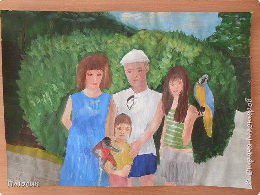 Катя нарисовала всю свою семью, когда они отдыхали на море. Прошло 7 лет, а они с удовольствием вспоминают эту поездку. Это единственный раз, когда семья в полном составе смогла съездить на море. фото 2