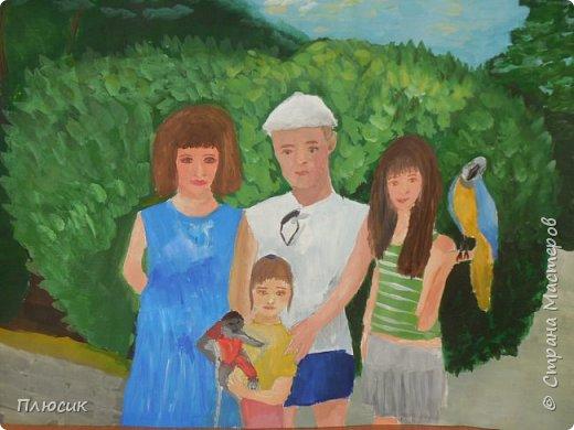 Катя нарисовала всю свою семью, когда они отдыхали на море. Прошло 7 лет, а они с удовольствием вспоминают эту поездку. Это единственный раз, когда семья в полном составе смогла съездить на море. фото 1