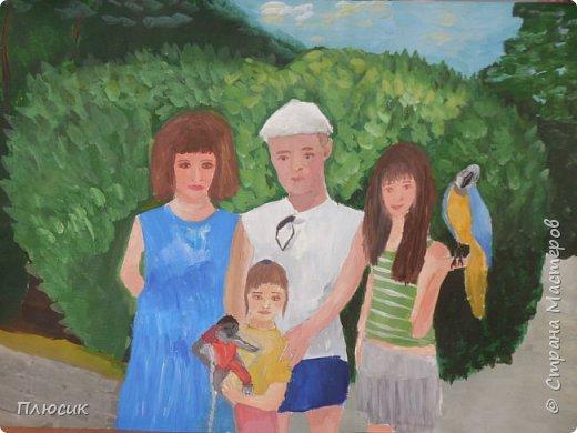 Катя нарисовала всю свою семью, когда они отдыхали на море. Прошло 7 лет, а они с удовольствием вспоминают эту поездку. Это единственный раз, когда семья в полном составе смогла съездить на море. фото 9