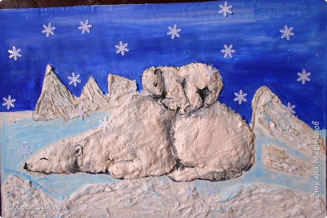 """Ложкой снег мешая, Ночь идет большая, Что же ты, глупышка, не спишь? Спят твои соседи - Белые медведи, Спи скорей и ты, малыш.  Мы плывем на льдине, Как на бригантине, По седым, суровым морям. И всю ночь соседи, Звёздные медведи Светят дальним кораблям.  """"Колыбельная медведицы"""" из мультфильма """"Умка"""" (Автор слов  Юрий Яковлев) Мы очень любим мультфильм «Умка» потому,  что медвежонок- добрый, наивный и конечно любознательный, как все дети. У него есть мудрая и справедливая мама, он находит себе друга – мальчика. И, безусловно, в белых льдах Арктики с ним происходят какие-то приключения. На далеком-далеком Севере мама-медведица учит своего малыша делать берлогу, а затем рассказывает удивительную сказку о печальной рыбе Солнце, которая не может увернуться от острых зубов акулы. Мама укладывает мишку спать и поет ему колыбельную.  фото 1"""