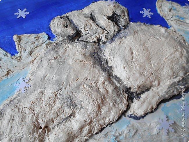 """Ложкой снег мешая, Ночь идет большая, Что же ты, глупышка, не спишь? Спят твои соседи - Белые медведи, Спи скорей и ты, малыш.  Мы плывем на льдине, Как на бригантине, По седым, суровым морям. И всю ночь соседи, Звёздные медведи Светят дальним кораблям.  """"Колыбельная медведицы"""" из мультфильма """"Умка"""" (Автор слов  Юрий Яковлев) Мы очень любим мультфильм «Умка» потому,  что медвежонок- добрый, наивный и конечно любознательный, как все дети. У него есть мудрая и справедливая мама, он находит себе друга – мальчика. И, безусловно, в белых льдах Арктики с ним происходят какие-то приключения. На далеком-далеком Севере мама-медведица учит своего малыша делать берлогу, а затем рассказывает удивительную сказку о печальной рыбе Солнце, которая не может увернуться от острых зубов акулы. Мама укладывает мишку спать и поет ему колыбельную.  фото 7"""