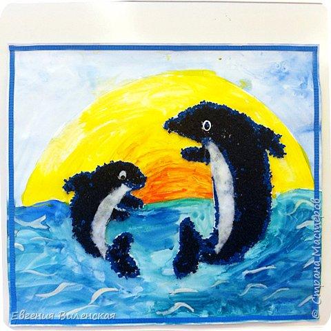 """Приветствуем всех любителей дельфинов!!! А разве их можно не любить? Они невероятно добродушны, всегда веселы и игривы, не даром кажется, что они все время улыбаются!  Когда родился мой младший сын, то мы, в семье, называли его Дельфинчик. Плаванием начали заниматься сразу же после рождения и все эти годы он чувствует себя как """" рыба в воде"""". Мы с ним много читали о дельфинах и узнали о том, что это вовсе не рыбы, что их детеныши рождаются так же как и человек и питается маминым молочком, что в отличии от рыб у дельфина нет чешуи, а тело его покрыто нежной кожей. Нет жабр, как у рыб, а есть легкие. дельфины обитают только в соленой воде. Питаются рыбой,  а во рту у них аж 210 !!! зубов. Мозг дельфинов очень похож на человеческий, а нервных клеток и извилин у них даже больше. Дельфины очень подвижны и игривы, невероятно доброжелательны к людям вообще, но особенно к детям. Для общения эти умнейшие животные применяют около 14000 различных звуковых сигналов, что соответствует словарному запасу человека. При рождении, малышу-дильфиненку, стая присваивает имя, которое он носит всю свою жизнь и оно тоже соответствует определенному набору звуковых сигналов. фото 12"""
