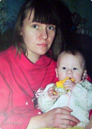 Тема материнства мне очень близка. Я - мама, бабушка.Трое внуков - это здорово! Мои дочери тоже мамы. Меня всегда привлекала тема материнской нежности. И сейчас меня вдохновили фотографии моих дочерей. Может здесь они выглядят усталыми, но я думаю вместе с заботами они испытывают  чувства любви и нежности к своим детям. Это незабываемые первые годы жизни, когда они были маленькие, милые, беззащитные... Мамы любят своих деток, заботятся о них. И пусть так будет всегда! Мамы милые, нежные, любящие! фото 3