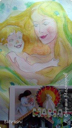 Тема материнства мне очень близка. Я - мама, бабушка.Трое внуков - это здорово! Мои дочери тоже мамы. Меня всегда привлекала тема материнской нежности. И сейчас меня вдохновили фотографии моих дочерей. Может здесь они выглядят усталыми, но я думаю вместе с заботами они испытывают  чувства любви и нежности к своим детям. Это незабываемые первые годы жизни, когда они были маленькие, милые, беззащитные... Мамы любят своих деток, заботятся о них. И пусть так будет всегда! Мамы милые, нежные, любящие! фото 6
