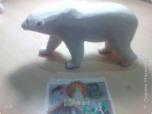 Умка - белый медвежонок  А в Антарктике, и летом, Всё укрыто вечным снегом, На заснеженных просторах Льдины-айсберги, как горы! Умка - белый медвежонок, Вслед за мамой, как бочонок, С горки катится по снегу И скользит, как по паркету. В ледяную воду - плюх! На охоту с мамой в путь. Рыбки съели до отвала, Отдохнуть теперь пора, Сладко Умке - рядом мама, Лижет мишеньке бока. (автор Любовь Алейникова)  Катя очень любит мультфильм про медвежонка Умку и его маму медведицу. И на конкурс они решили с папой сделать именно этих героев мультфильма. фото 3