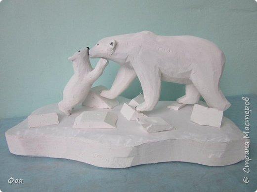 Умка - белый медвежонок  А в Антарктике, и летом, Всё укрыто вечным снегом, На заснеженных просторах Льдины-айсберги, как горы! Умка - белый медвежонок, Вслед за мамой, как бочонок, С горки катится по снегу И скользит, как по паркету. В ледяную воду - плюх! На охоту с мамой в путь. Рыбки съели до отвала, Отдохнуть теперь пора, Сладко Умке - рядом мама, Лижет мишеньке бока. (автор Любовь Алейникова)  Катя очень любит мультфильм про медвежонка Умку и его маму медведицу. И на конкурс они решили с папой сделать именно этих героев мультфильма. фото 1