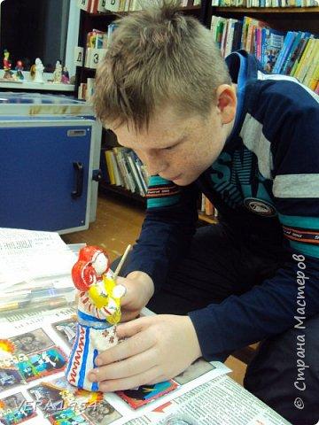 Добрый день, друзья!         Хочу познакомить вас с воронежской игрушкой. Воронежская игрушка менее известна, чем другие игрушки народных промыслов России. Меня очень заинтересовал образ мамы воронежской игрушки, и я решил слепить такую.  фото 7