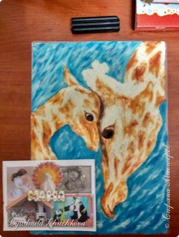 Когда на занятиях я рассказала о новом конкурсе и его номинациях, Маша сразу решила изобразить жирафа с малышом. Маша прекрасно рисует, успевает заниматься в двух изостудиях, мама поддерживает дочь в её творческих порывах и работу они делали вместе. фото 6
