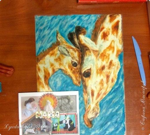 Когда на занятиях я рассказала о новом конкурсе и его номинациях, Маша сразу решила изобразить жирафа с малышом. Маша прекрасно рисует, успевает заниматься в двух изостудиях, мама поддерживает дочь в её творческих порывах и работу они делали вместе. фото 7