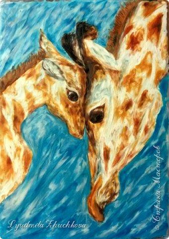 Когда на занятиях я рассказала о новом конкурсе и его номинациях, Маша сразу решила изобразить жирафа с малышом. Маша прекрасно рисует, успевает заниматься в двух изостудиях, мама поддерживает дочь в её творческих порывах и работу они делали вместе. фото 1