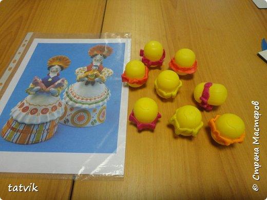 Среди современных русских глиняных игрушек самой большой известностью и популярностью пользуется дымковская (в прошлом вятская) игрушка. Это обобщенная, декоративная глиняная скульптура, близкая к народному примитиву: фигурки высотой в среднем 15-25 см, разукрашенные по белому фону многоцветным геометрическим орнаментом из кругов, горохов, полос, клеток, волнистых линий, яркими красками, часто с добавлением золота.  Именно из- за своей яркости дымковские фигурки очень нравятся детям.  Мы с девочками решили слепить вот таких куколок на основе футляра от киндер-сюрприза. Он очень похож на юбку-колокол дымковской барыни.  фото 2
