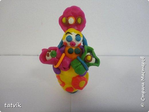 Среди современных русских глиняных игрушек самой большой известностью и популярностью пользуется дымковская (в прошлом вятская) игрушка. Это обобщенная, декоративная глиняная скульптура, близкая к народному примитиву: фигурки высотой в среднем 15-25 см, разукрашенные по белому фону многоцветным геометрическим орнаментом из кругов, горохов, полос, клеток, волнистых линий, яркими красками, часто с добавлением золота.  Именно из- за своей яркости дымковские фигурки очень нравятся детям.  Мы с девочками решили слепить вот таких куколок на основе футляра от киндер-сюрприза. Он очень похож на юбку-колокол дымковской барыни.  фото 10