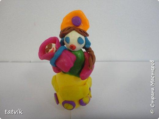 Среди современных русских глиняных игрушек самой большой известностью и популярностью пользуется дымковская (в прошлом вятская) игрушка. Это обобщенная, декоративная глиняная скульптура, близкая к народному примитиву: фигурки высотой в среднем 15-25 см, разукрашенные по белому фону многоцветным геометрическим орнаментом из кругов, горохов, полос, клеток, волнистых линий, яркими красками, часто с добавлением золота.  Именно из- за своей яркости дымковские фигурки очень нравятся детям.  Мы с девочками решили слепить вот таких куколок на основе футляра от киндер-сюрприза. Он очень похож на юбку-колокол дымковской барыни.  фото 11