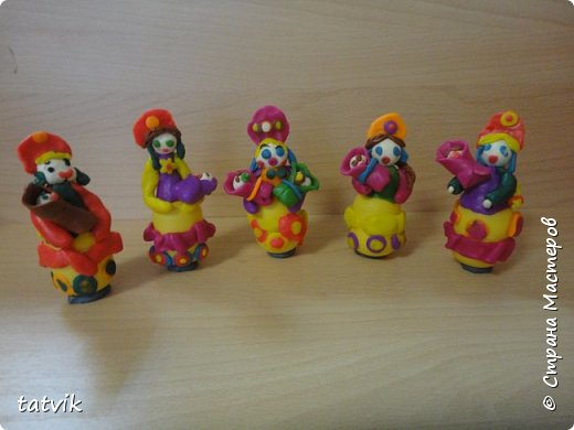Среди современных русских глиняных игрушек самой большой известностью и популярностью пользуется дымковская (в прошлом вятская) игрушка. Это обобщенная, декоративная глиняная скульптура, близкая к народному примитиву: фигурки высотой в среднем 15-25 см, разукрашенные по белому фону многоцветным геометрическим орнаментом из кругов, горохов, полос, клеток, волнистых линий, яркими красками, часто с добавлением золота.  Именно из- за своей яркости дымковские фигурки очень нравятся детям.  Мы с девочками решили слепить вот таких куколок на основе футляра от киндер-сюрприза. Он очень похож на юбку-колокол дымковской барыни.  фото 13
