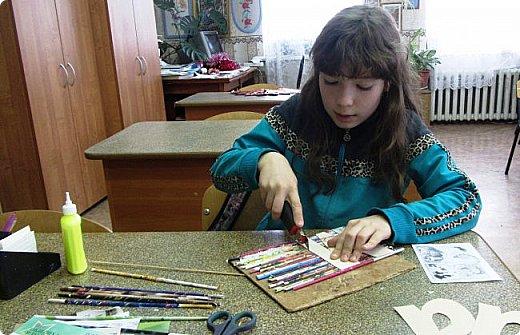 """""""На свете слова нет роднее и дороже."""" Поэтому Полина решила оформить слово """"мама"""". Долго думала - как, и остановилась на журнальных трубочках - они яркие, цветные фото 6"""