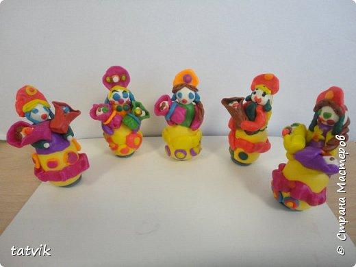 Среди современных русских глиняных игрушек самой большой известностью и популярностью пользуется дымковская (в прошлом вятская) игрушка. Это обобщенная, декоративная глиняная скульптура, близкая к народному примитиву: фигурки высотой в среднем 15-25 см, разукрашенные по белому фону многоцветным геометрическим орнаментом из кругов, горохов, полос, клеток, волнистых линий, яркими красками, часто с добавлением золота.  Именно из- за своей яркости дымковские фигурки очень нравятся детям.  Мы с девочками решили слепить вот таких куколок на основе футляра от киндер-сюрприза. Он очень похож на юбку-колокол дымковской барыни.  фото 1