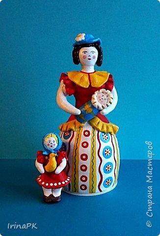 """Решила сделать работу в номинации """"Язык народной культуры"""". Выбрала дымковскую игрушку. Этот промысел очень старинный, насчитывает несколько веков. В старину было очень мало игрушек и стоили они очень дорого, поэтому не каждая семья могла позволить себе купить игрушку. Умельцы из села Дымково решили использовать глину, которой было много вблизи села, и делать игрушки, которые будут доступны всем. Так появился дымковский промысел. Игрушки у дымковских мастеров-умельцев получались необыкновенно красивыми, яркими, сказочными, волшебными. Люди считали, что эти игрушки оберегают от несчастий, от бед. Поэтому их изготавливали не только на ярмарку для украшения и игры, а использовали, как оберег, ставили зимой между окнами дома. Узоры на одежде соответствовали узорам на реальных тканях — гладкоокрашенных, клетчатых, """"в горошек"""" и в мелкий цветочек и элементы росписи - простейшие геометрические элементы: кружки, кольца, полоски, змейки. Все игрушки расписывались вручную, поэтому каждая уникальна и не повторима. Дымковские мастера любили создавать жанровые сцены, гулянья, на которых изображали семьи: маму с детьми, папу, девушек и юношей.  фото 13"""