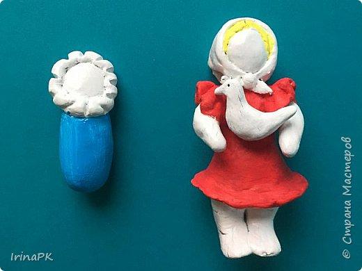 """Решила сделать работу в номинации """"Язык народной культуры"""". Выбрала дымковскую игрушку. Этот промысел очень старинный, насчитывает несколько веков. В старину было очень мало игрушек и стоили они очень дорого, поэтому не каждая семья могла позволить себе купить игрушку. Умельцы из села Дымково решили использовать глину, которой было много вблизи села, и делать игрушки, которые будут доступны всем. Так появился дымковский промысел. Игрушки у дымковских мастеров-умельцев получались необыкновенно красивыми, яркими, сказочными, волшебными. Люди считали, что эти игрушки оберегают от несчастий, от бед. Поэтому их изготавливали не только на ярмарку для украшения и игры, а использовали, как оберег, ставили зимой между окнами дома. Узоры на одежде соответствовали узорам на реальных тканях — гладкоокрашенных, клетчатых, """"в горошек"""" и в мелкий цветочек и элементы росписи - простейшие геометрические элементы: кружки, кольца, полоски, змейки. Все игрушки расписывались вручную, поэтому каждая уникальна и не повторима. Дымковские мастера любили создавать жанровые сцены, гулянья, на которых изображали семьи: маму с детьми, папу, девушек и юношей.  фото 9"""