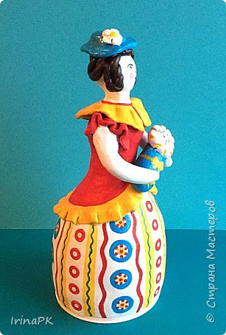 """Решила сделать работу в номинации """"Язык народной культуры"""". Выбрала дымковскую игрушку. Этот промысел очень старинный, насчитывает несколько веков. В старину было очень мало игрушек и стоили они очень дорого, поэтому не каждая семья могла позволить себе купить игрушку. Умельцы из села Дымково решили использовать глину, которой было много вблизи села, и делать игрушки, которые будут доступны всем. Так появился дымковский промысел. Игрушки у дымковских мастеров-умельцев получались необыкновенно красивыми, яркими, сказочными, волшебными. Люди считали, что эти игрушки оберегают от несчастий, от бед. Поэтому их изготавливали не только на ярмарку для украшения и игры, а использовали, как оберег, ставили зимой между окнами дома. Узоры на одежде соответствовали узорам на реальных тканях — гладкоокрашенных, клетчатых, """"в горошек"""" и в мелкий цветочек и элементы росписи - простейшие геометрические элементы: кружки, кольца, полоски, змейки. Все игрушки расписывались вручную, поэтому каждая уникальна и не повторима. Дымковские мастера любили создавать жанровые сцены, гулянья, на которых изображали семьи: маму с детьми, папу, девушек и юношей.  фото 12"""