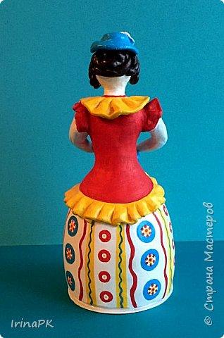 """Решила сделать работу в номинации """"Язык народной культуры"""". Выбрала дымковскую игрушку. Этот промысел очень старинный, насчитывает несколько веков. В старину было очень мало игрушек и стоили они очень дорого, поэтому не каждая семья могла позволить себе купить игрушку. Умельцы из села Дымково решили использовать глину, которой было много вблизи села, и делать игрушки, которые будут доступны всем. Так появился дымковский промысел. Игрушки у дымковских мастеров-умельцев получались необыкновенно красивыми, яркими, сказочными, волшебными. Люди считали, что эти игрушки оберегают от несчастий, от бед. Поэтому их изготавливали не только на ярмарку для украшения и игры, а использовали, как оберег, ставили зимой между окнами дома. Узоры на одежде соответствовали узорам на реальных тканях — гладкоокрашенных, клетчатых, """"в горошек"""" и в мелкий цветочек и элементы росписи - простейшие геометрические элементы: кружки, кольца, полоски, змейки. Все игрушки расписывались вручную, поэтому каждая уникальна и не повторима. Дымковские мастера любили создавать жанровые сцены, гулянья, на которых изображали семьи: маму с детьми, папу, девушек и юношей.  фото 11"""