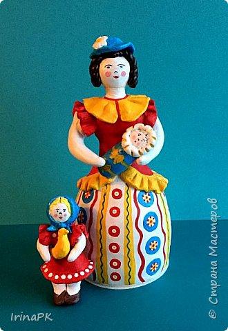 """Решила сделать работу в номинации """"Язык народной культуры"""". Выбрала дымковскую игрушку. Этот промысел очень старинный, насчитывает несколько веков. В старину было очень мало игрушек и стоили они очень дорого, поэтому не каждая семья могла позволить себе купить игрушку. Умельцы из села Дымково решили использовать глину, которой было много вблизи села, и делать игрушки, которые будут доступны всем. Так появился дымковский промысел. Игрушки у дымковских мастеров-умельцев получались необыкновенно красивыми, яркими, сказочными, волшебными. Люди считали, что эти игрушки оберегают от несчастий, от бед. Поэтому их изготавливали не только на ярмарку для украшения и игры, а использовали, как оберег, ставили зимой между окнами дома. Узоры на одежде соответствовали узорам на реальных тканях — гладкоокрашенных, клетчатых, """"в горошек"""" и в мелкий цветочек и элементы росписи - простейшие геометрические элементы: кружки, кольца, полоски, змейки. Все игрушки расписывались вручную, поэтому каждая уникальна и не повторима. Дымковские мастера любили создавать жанровые сцены, гулянья, на которых изображали семьи: маму с детьми, папу, девушек и юношей.  фото 15"""