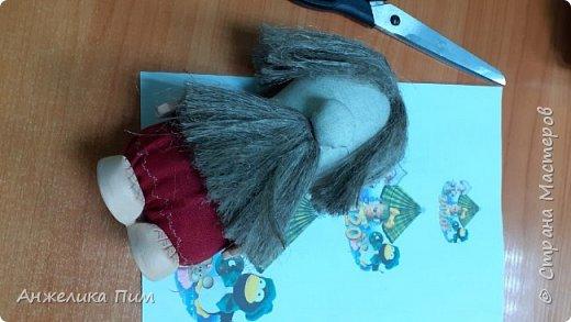 сшивается заготовка, набивается синтепоном. Затем одеваем Домовенка. При помощи клеевого пистолета приклеиваем волосы и бороду (пакля) и ножки с ручками (природная глина). фото 1