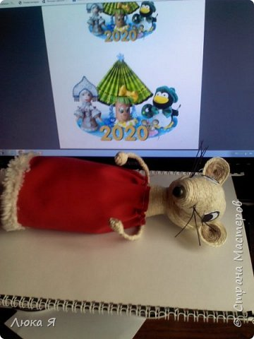 Белая крыса на мышином карнавале в костюме Герды ожидает боя куранов, чтобы отрезать кусочек торта фото 6