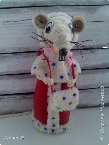Белая крыса на мышином карнавале в костюме Герды ожидает боя куранов, чтобы отрезать кусочек торта фото 7