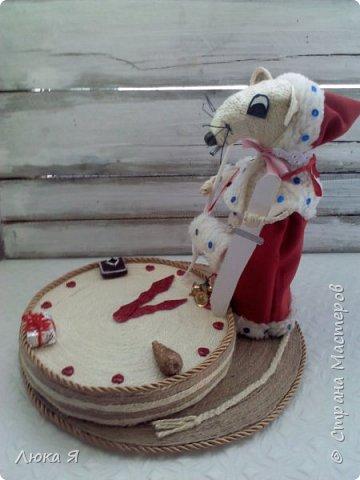 Белая крыса на мышином карнавале в костюме Герды ожидает боя куранов, чтобы отрезать кусочек торта фото 1