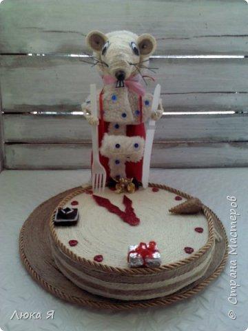Белая крыса на мышином карнавале в костюме Герды ожидает боя куранов, чтобы отрезать кусочек торта фото 9