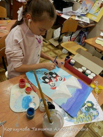 А у нас снега нет. Оливия рисует каток, коньки, новогодних пингвинов и конечно снег. фото 3