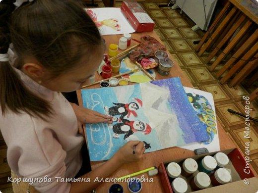 А у нас снега нет. Оливия рисует каток, коньки, новогодних пингвинов и конечно снег. фото 5