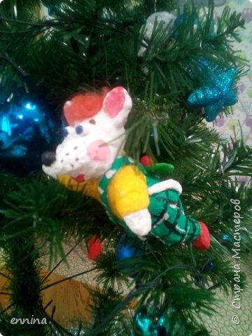 Вот такие мышки в карнавальных костюмах у нас получились.Сначала была идея - сделать ватные игрушки. Потом я увидела конкурс и процесс пошёл! Решила провести мастер - класс. Наши мышки одеты в костюмы: Карлсона, Снеговика, Ангела, Клоуна, Звезду и Деда Мороза. Каждая мышка имеет черты своего создателя. фото 6