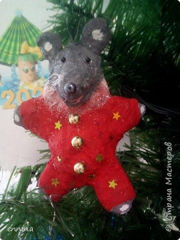 Вот такие мышки в карнавальных костюмах у нас получились.Сначала была идея - сделать ватные игрушки. Потом я увидела конкурс и процесс пошёл! Решила провести мастер - класс. Наши мышки одеты в костюмы: Карлсона, Снеговика, Ангела, Клоуна, Звезду и Деда Мороза. Каждая мышка имеет черты своего создателя. фото 7