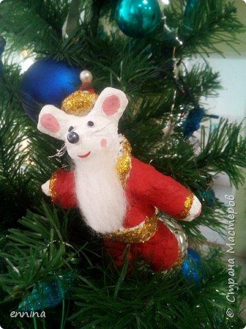 Вот такие мышки в карнавальных костюмах у нас получились.Сначала была идея - сделать ватные игрушки. Потом я увидела конкурс и процесс пошёл! Решила провести мастер - класс. Наши мышки одеты в костюмы: Карлсона, Снеговика, Ангела, Клоуна, Звезду и Деда Мороза. Каждая мышка имеет черты своего создателя. фото 10