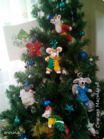 Вот такие мышки в карнавальных костюмах у нас получились.Сначала была идея - сделать ватные игрушки. Потом я увидела конкурс и процесс пошёл! Решила провести мастер - класс. Наши мышки одеты в костюмы: Карлсона, Снеговика, Ангела, Клоуна, Звезду и Деда Мороза. Каждая мышка имеет черты своего создателя. фото 1