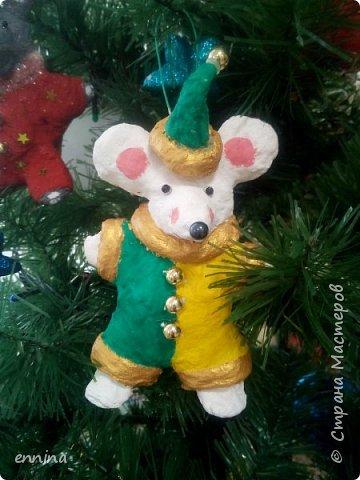 Вот такие мышки в карнавальных костюмах у нас получились.Сначала была идея - сделать ватные игрушки. Потом я увидела конкурс и процесс пошёл! Решила провести мастер - класс. Наши мышки одеты в костюмы: Карлсона, Снеговика, Ангела, Клоуна, Звезду и Деда Мороза. Каждая мышка имеет черты своего создателя. фото 8