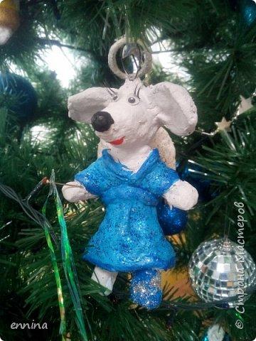 Вот такие мышки в карнавальных костюмах у нас получились.Сначала была идея - сделать ватные игрушки. Потом я увидела конкурс и процесс пошёл! Решила провести мастер - класс. Наши мышки одеты в костюмы: Карлсона, Снеговика, Ангела, Клоуна, Звезду и Деда Мороза. Каждая мышка имеет черты своего создателя. фото 11