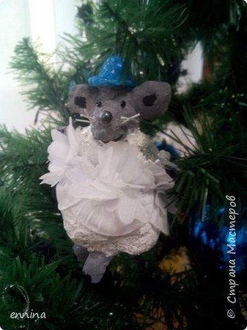 Вот такие мышки в карнавальных костюмах у нас получились.Сначала была идея - сделать ватные игрушки. Потом я увидела конкурс и процесс пошёл! Решила провести мастер - класс. Наши мышки одеты в костюмы: Карлсона, Снеговика, Ангела, Клоуна, Звезду и Деда Мороза. Каждая мышка имеет черты своего создателя. фото 9