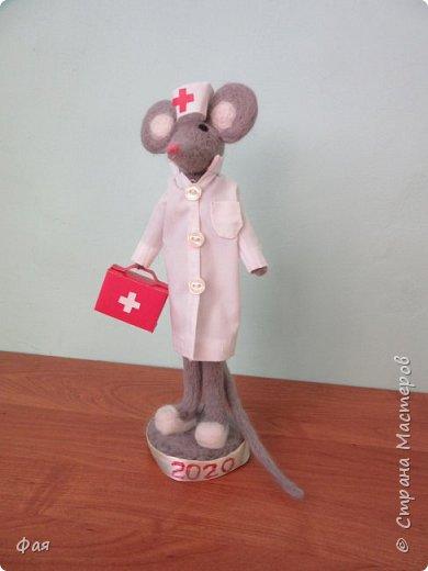 """В этом году Таня перенесла операцию и долго лежала в больнице.Там у нее был любимый доктор.  Когда она узнала о конкурсе, сразу сказала , что будет участвовать.И они с мамой решили  сделать мышку доктора. А еще  Таня очень любит сказку Корнея Чуковского """"Айболит"""". Вот так у Тани с мамой родилась мышка """"Добрый доктор Айболит"""", которая очень хочет побывать на мышином карнавале. фото 1"""