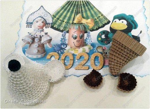 Здравствуйте, дорогие жители Страны Мастеров! Каждый год мы украшаем свою входную дверь. В этом году, в связи с конкурсом, я решила обыграть необычное число 2020 таким образом. В гости к нам и нашим соседям пришли Дед Мороз со Снегурочкой и принесли с собой воздушные шарики - цифры, из которых сложилось число 2020.  фото 3