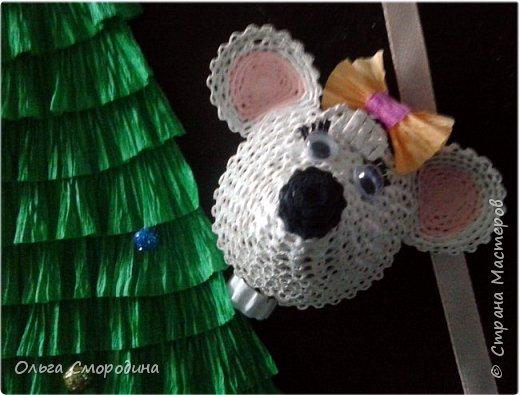 Здравствуйте, дорогие жители Страны Мастеров! Каждый год мы украшаем свою входную дверь. В этом году, в связи с конкурсом, я решила обыграть необычное число 2020 таким образом. В гости к нам и нашим соседям пришли Дед Мороз со Снегурочкой и принесли с собой воздушные шарики - цифры, из которых сложилось число 2020.  фото 10