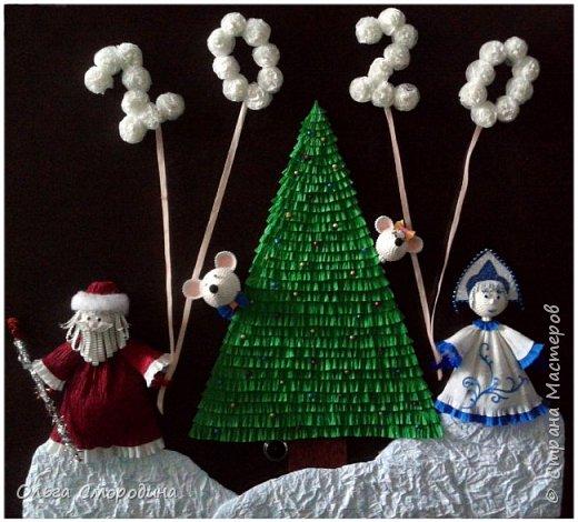 Здравствуйте, дорогие жители Страны Мастеров! Каждый год мы украшаем свою входную дверь. В этом году, в связи с конкурсом, я решила обыграть необычное число 2020 таким образом. В гости к нам и нашим соседям пришли Дед Мороз со Снегурочкой и принесли с собой воздушные шарики - цифры, из которых сложилось число 2020.  фото 1