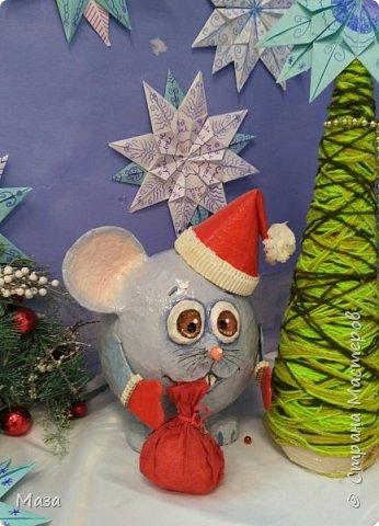 Наша мышка большая труженица, помощница Деду Морозу. Она нарядилась гномиком, чтобы можно было пройти в любое отверстие или щель и принести гостинца и подарки, оставить их под елкой на радость всем. фото 1
