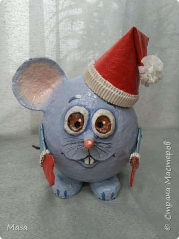 Наша мышка большая труженица, помощница Деду Морозу. Она нарядилась гномиком, чтобы можно было пройти в любое отверстие или щель и принести гостинца и подарки, оставить их под елкой на радость всем. фото 2