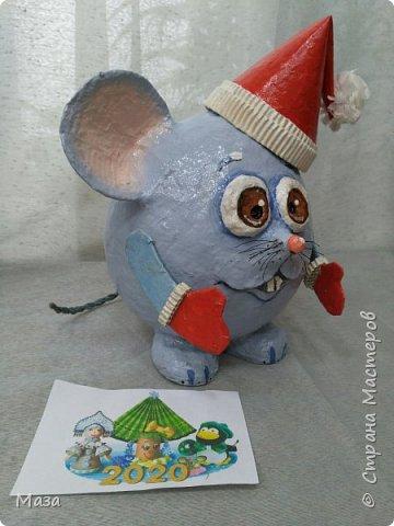 Наша мышка большая труженица, помощница Деду Морозу. Она нарядилась гномиком, чтобы можно было пройти в любое отверстие или щель и принести гостинца и подарки, оставить их под елкой на радость всем. фото 3