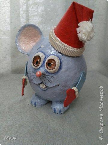 Наша мышка большая труженица, помощница Деду Морозу. Она нарядилась гномиком, чтобы можно было пройти в любое отверстие или щель и принести гостинца и подарки, оставить их под елкой на радость всем. фото 4